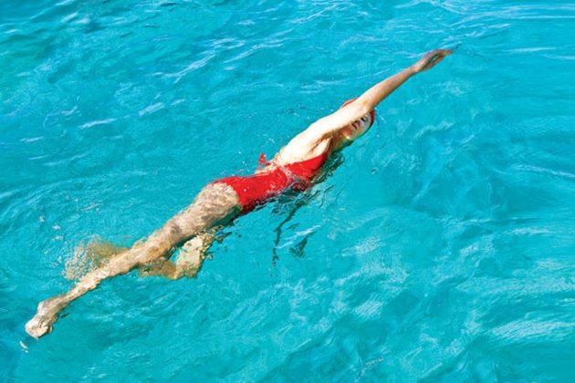 Giảm mỡ chân bằng bơi lội