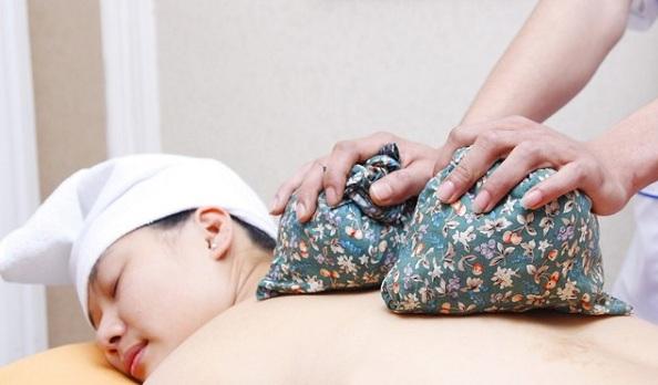 Chườm đá giúp giảm cơn đau hiệu quả