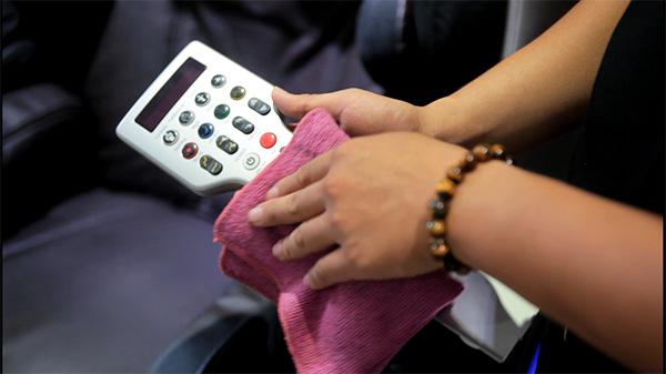 Sử dụng khăn sạch khô để lau bảng điều khiển ghế massage