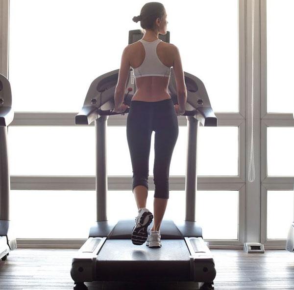 Đi bộ trên máy có giảm mỡ bụng không?